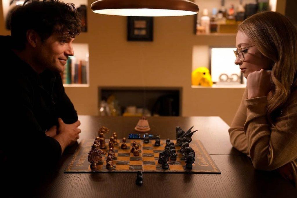 Актер Henry Cavill и Натали Вискузо играют в шахматы