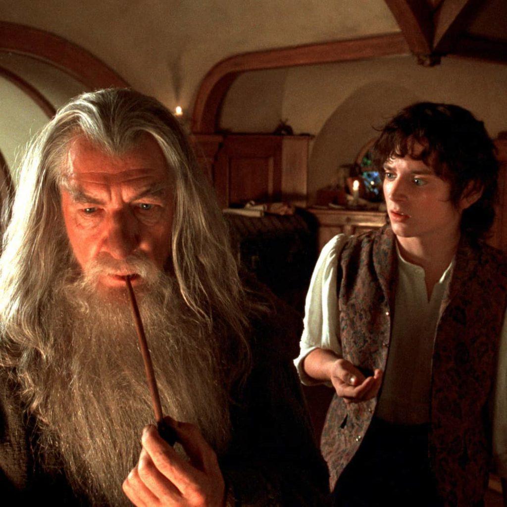 """Кадр из фильма """"Властелин колец"""" Маг Гэндальф и Фродо Беггинс."""