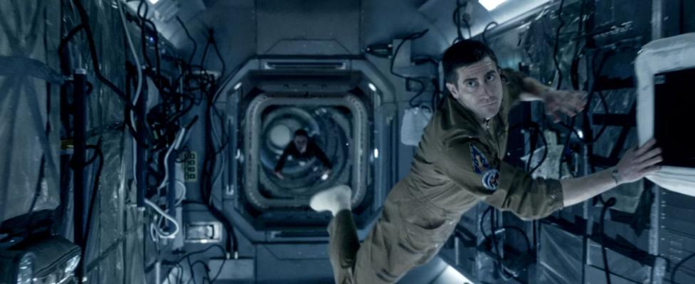 Кадр из фантастического фильма Живое. Астронавт на космическом корабле в невесомости.
