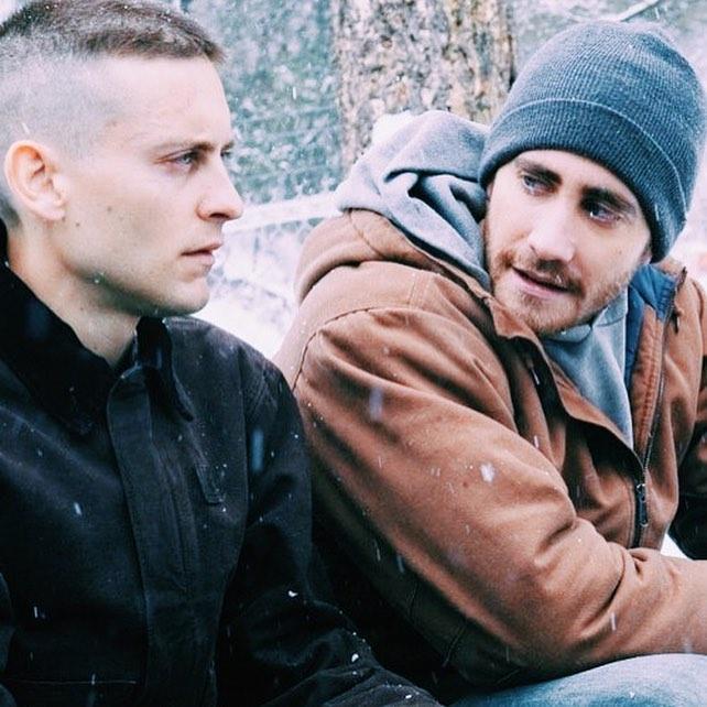 Кадр из фильма Братья. Джилленхол и Магуайр.