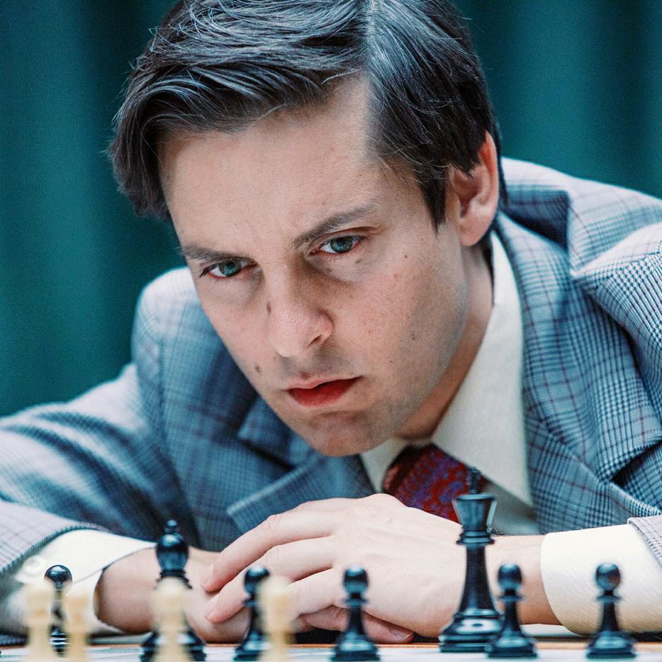 Актер Тоби Магуайр в фильме играет гроссмейстера Фишера.