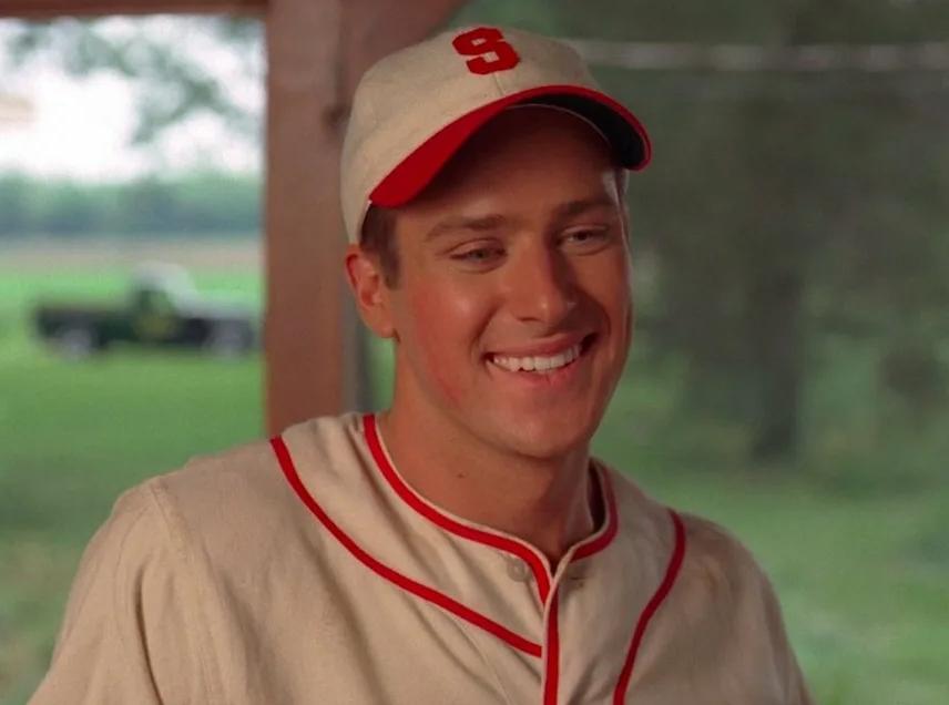 Киноактер Арми Хаммер в бейсболке кепке.