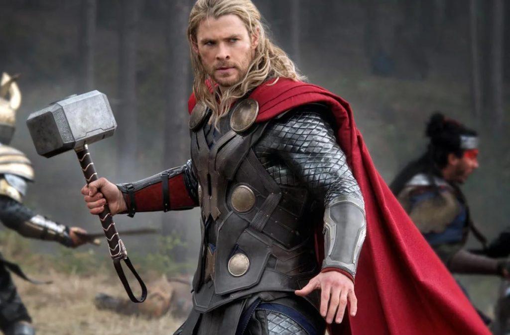Киноактер Крис Хемсворт в роли Тора.