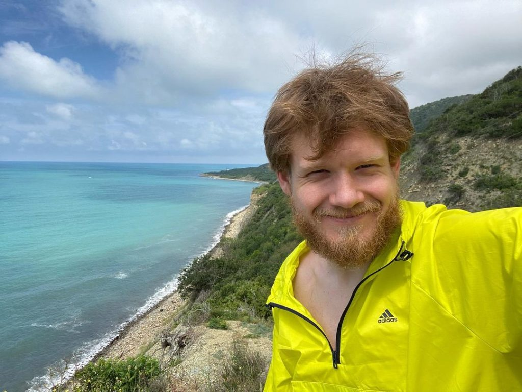 Киноактер Виктор Хориняк. Селфи на берегу моря на сопке.