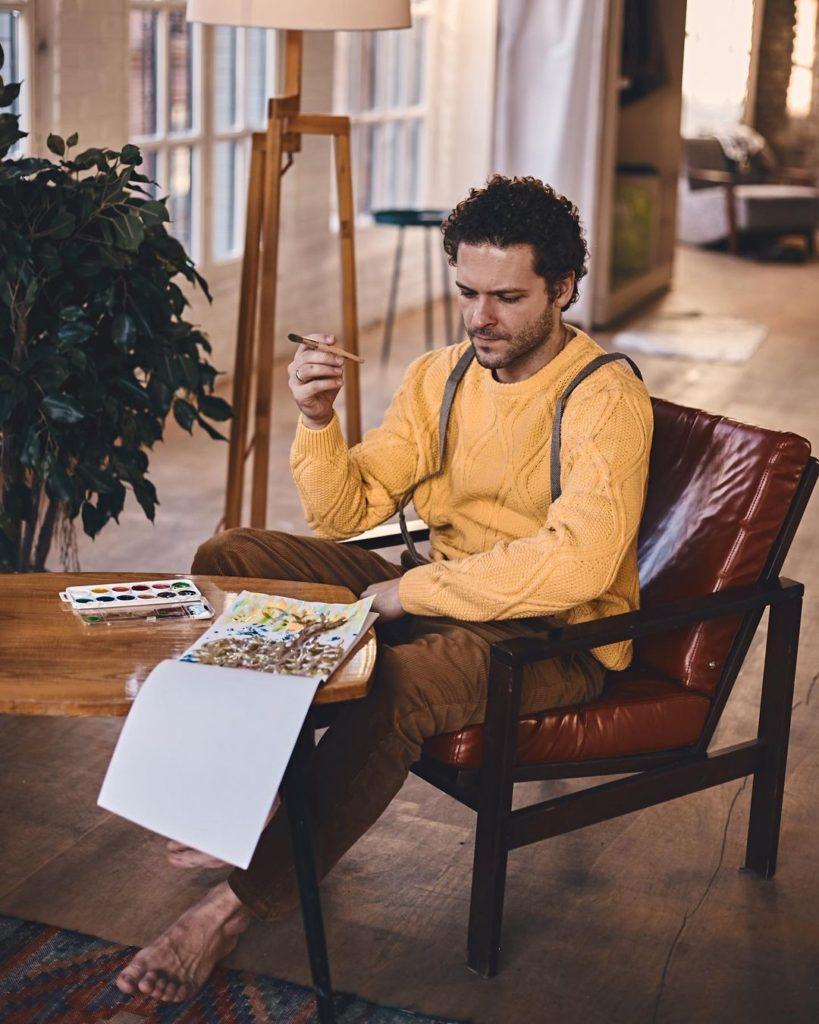 Киноактер Константин Крюков пишет картину.