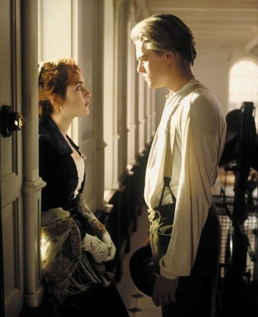 актер Леонардо Ди Каприо (Leonardo DiCaprio) в фильме Титаник разговаривает с Кейт Уинслет.