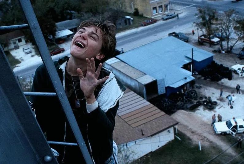 актер Леонардо Ди Каприо (Leonardo DiCaprio) играет слабоумного в фильме Что гложет Гилберта Грейпа.