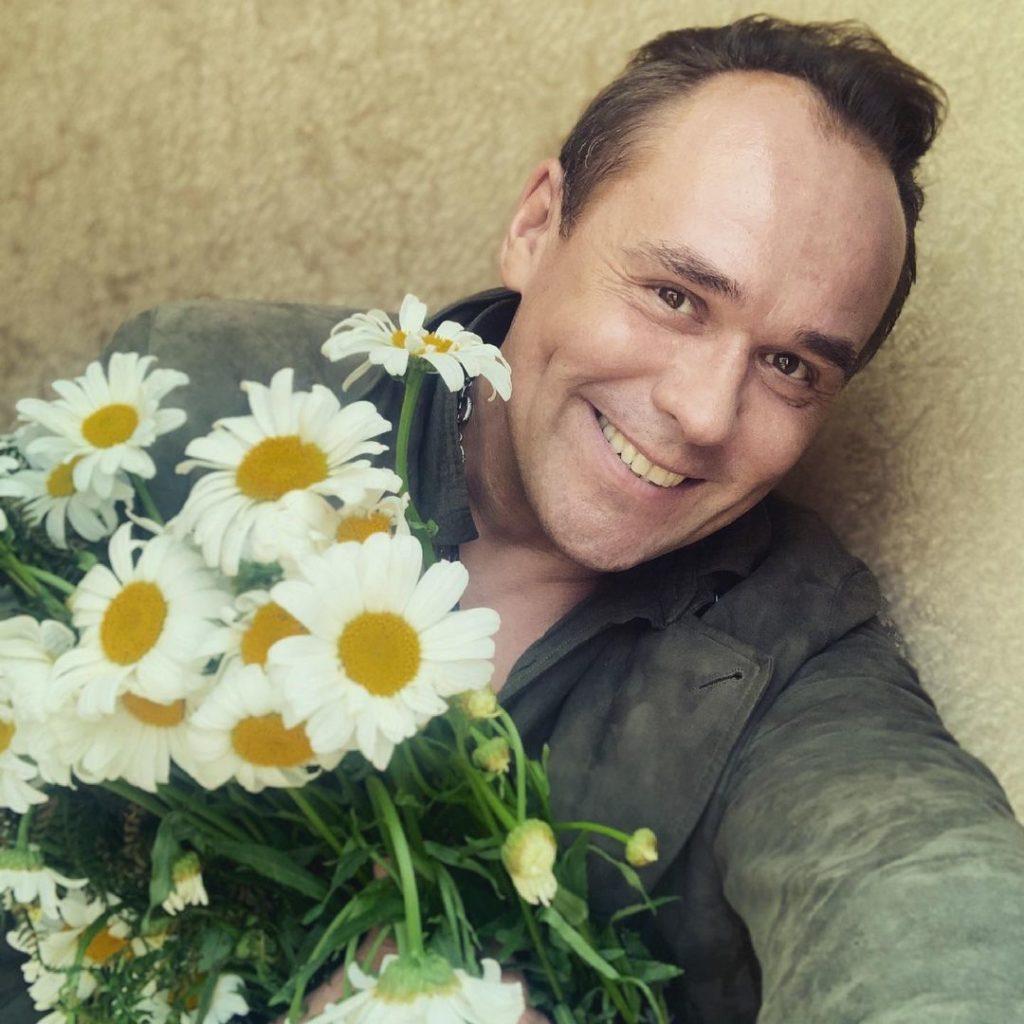 Киноактер Максим Аверин с цветами.