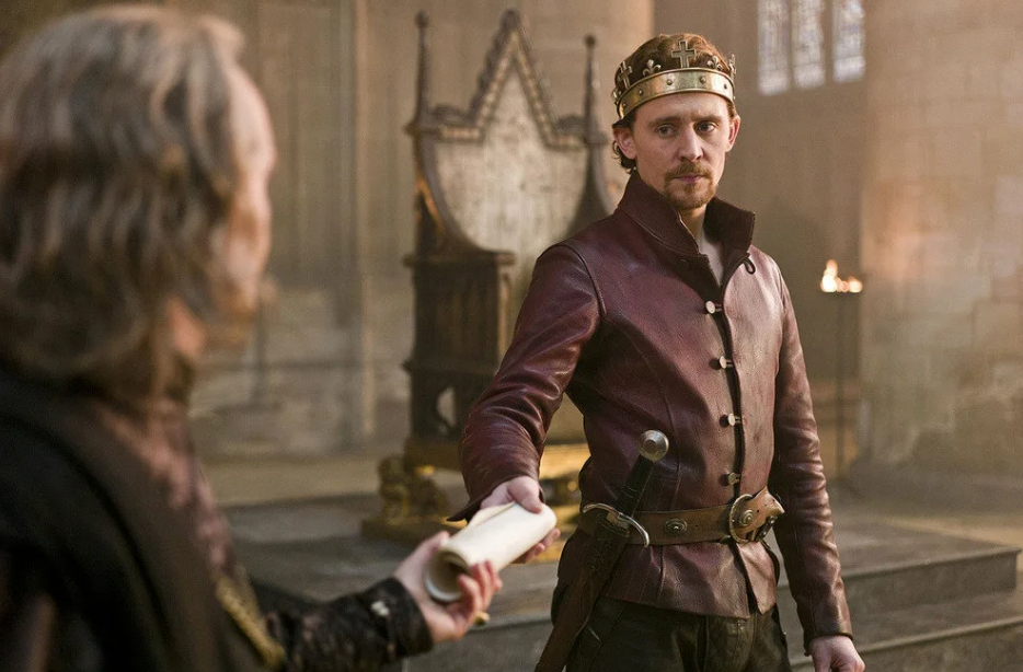 актер Том Хиддлстон в роли короля с короной.