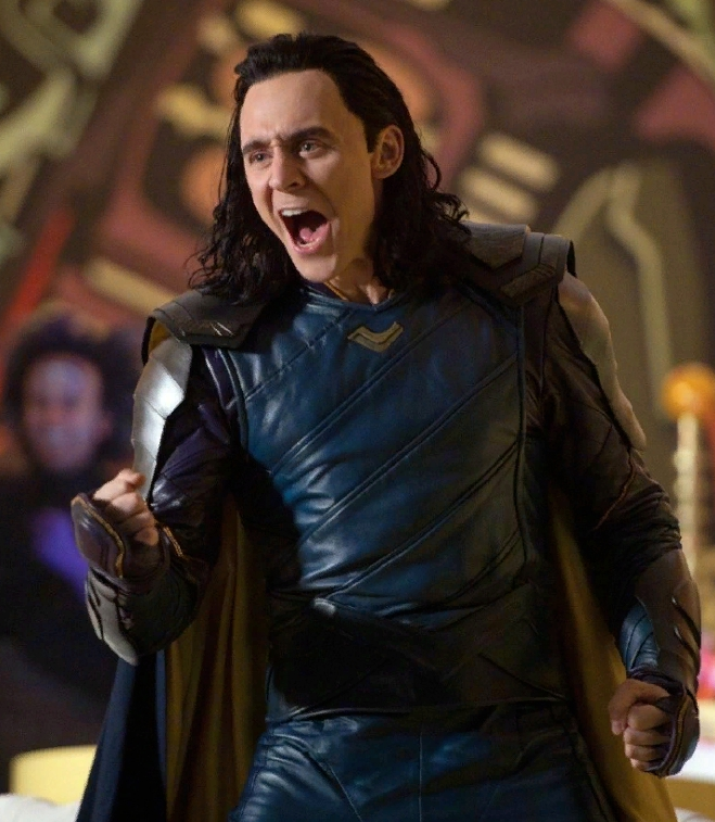 актер Том Хиддлстон в роли Локи.