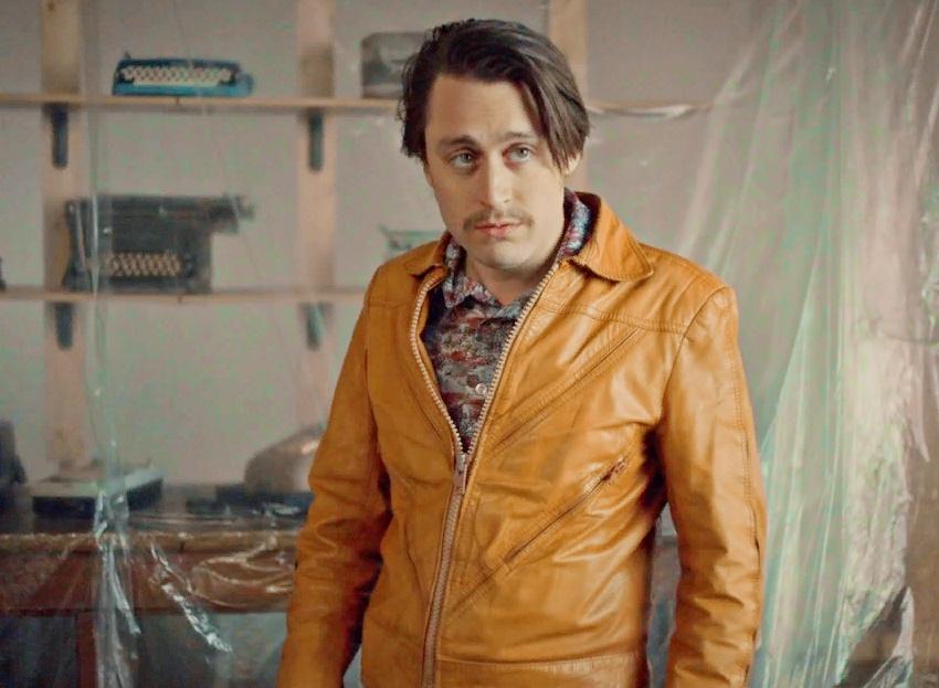 актер Киран Калкин в желтой кожаной куртке. Кадр из телесериала Фарго.