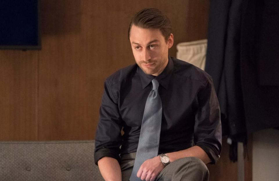актер Киран Калкин со стильной прической.