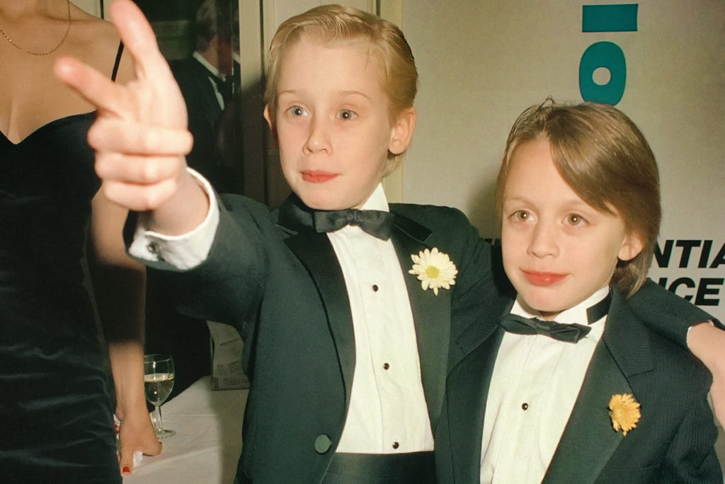 актер Киран Калкин и Маколей в детстве в смокингах.