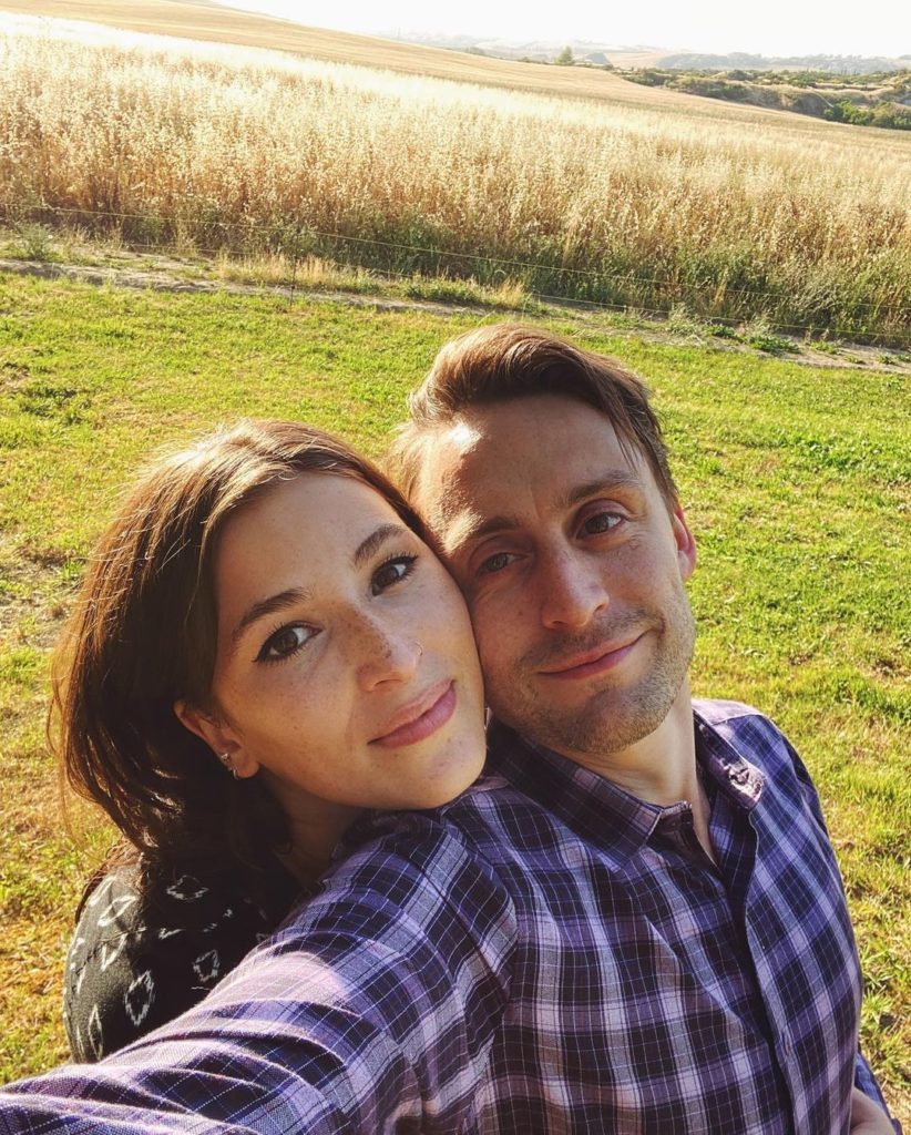 актер Киран Калкин и его жена Джаз Чартон.