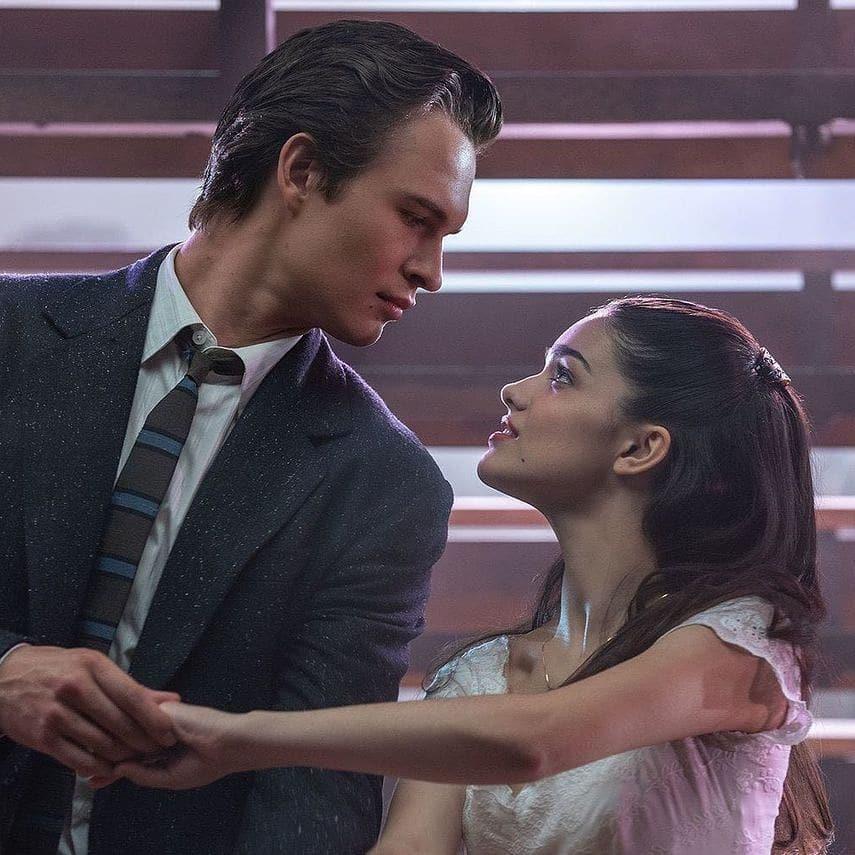 Актер и певец Энсел Эльгорт танцует вместе с актрисой Рэйчел Зеглер.