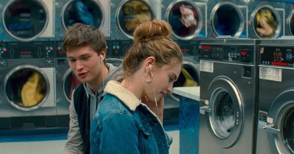 Актер и певец Энсел Эльгорт Малыш на драйве в прачечной вместе с девушкой.