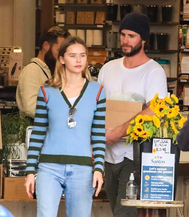 Киноактер Лиам Хемсворт вместе и его девушка Габриэлла Брукс делают покупки.