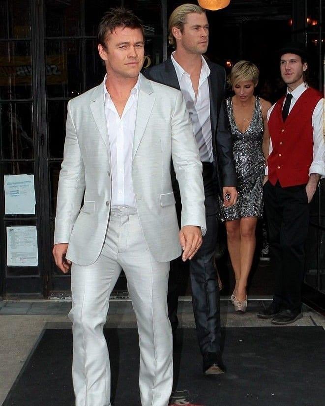 Австралийский актер Люк Хемсворт и Крис Хемсворт выходят из ресторана.