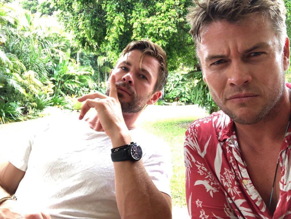 Австралийский актер Люк Хемсворт. вместе с братом крисом. Крис подносит палец к губам.