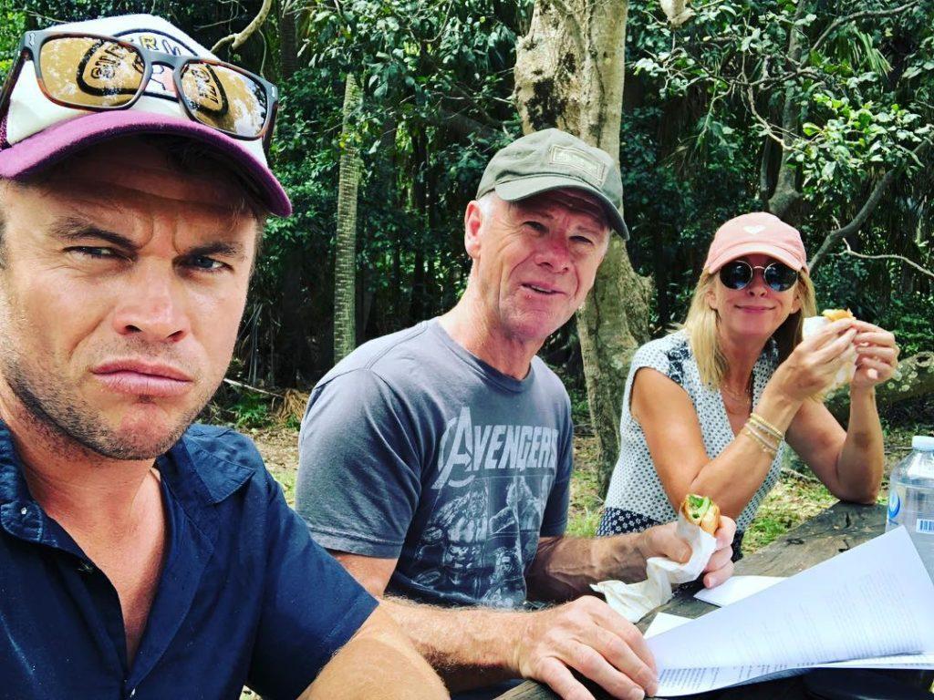 Австралийский актер Люк Хемсворт. вместе с родителями мамой Леони и отцом Крейгом обедают за столом.