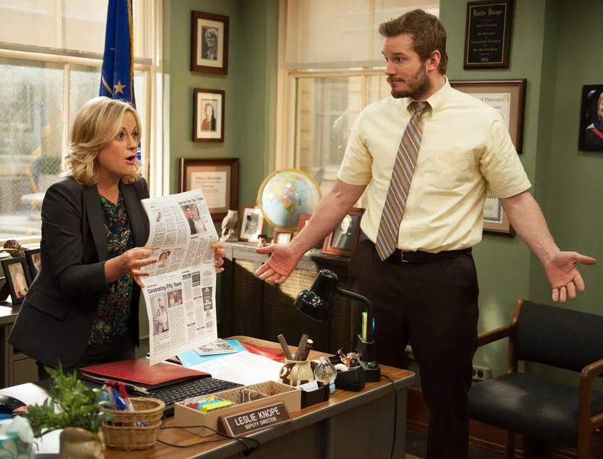 Актер Крис Прэтт (Chris Pratt) в офисе разводит руками.