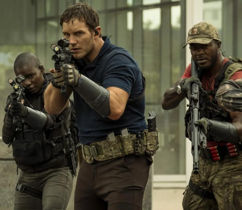 Актер Крис Прэтт (Chris Pratt)  целится с автомата. Кадр из фильма Война Будущего.