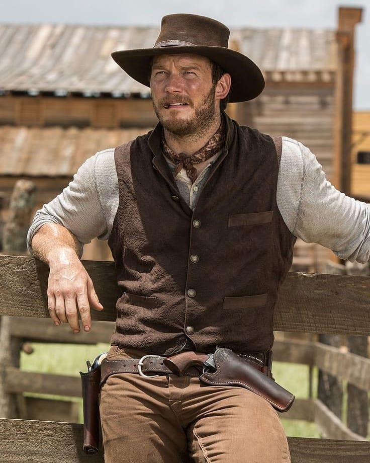 Актер Крис Прэтт (Chris Pratt) в ковбойском костюме и шляпе.