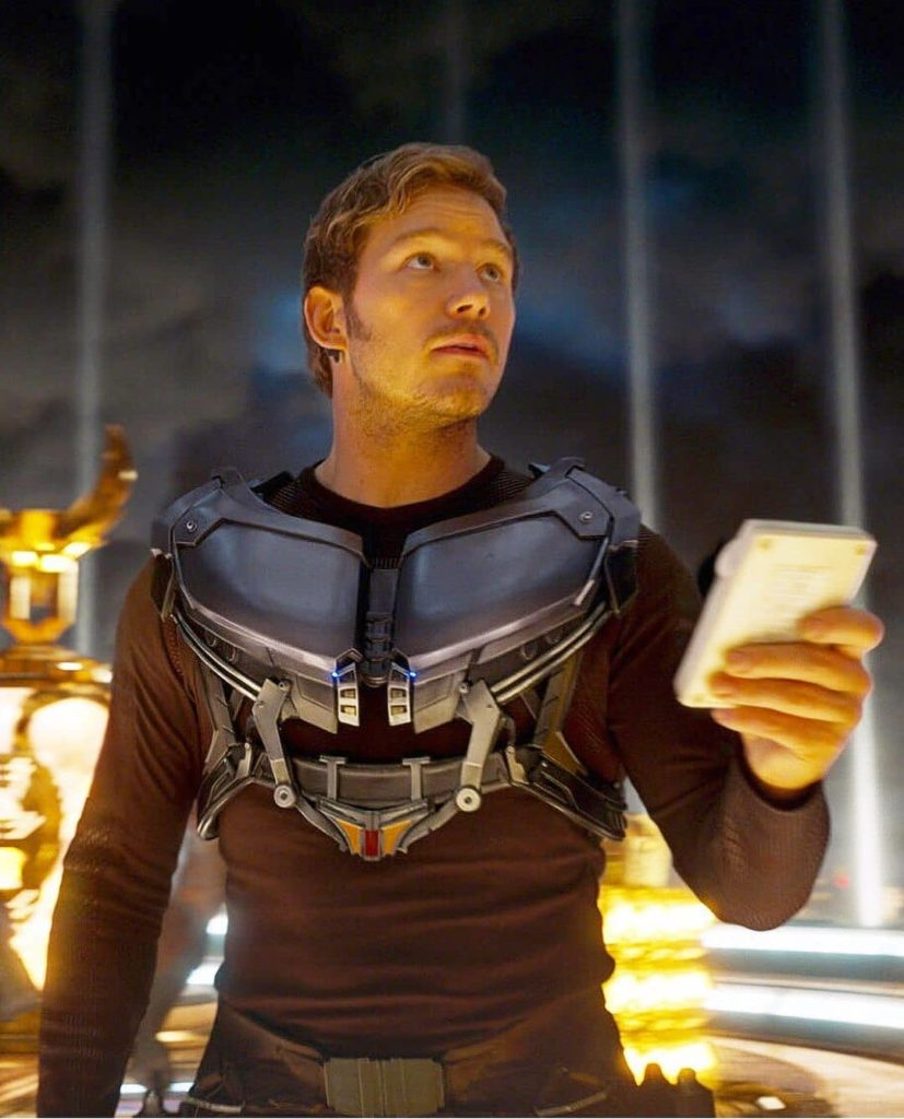 Актер Крис Прэтт (Chris Pratt) смотрит вверх.
