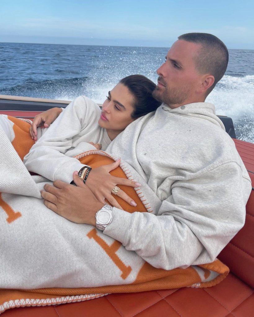 Новая девушка Скотта Дисика. Влюбленные под одеялами плывут на яхте.
