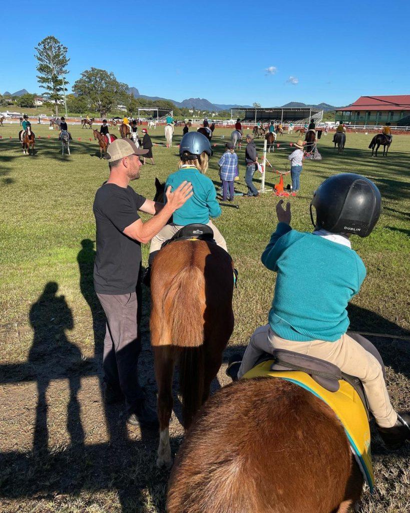 киноактер Крис Хемсворт и его дети на лошадях в Австралии.