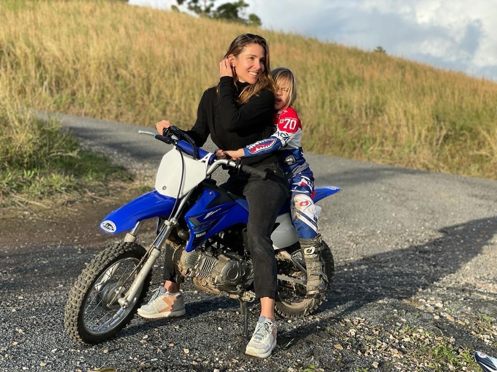Жена киноактера Крис Хемсворт на мотоцикле с дочерью.