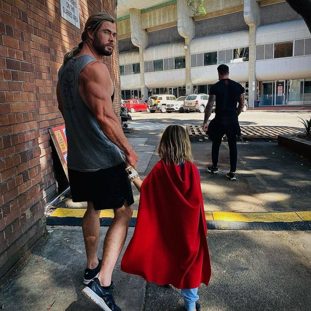 киноактер Крис Хемсворт гуляет с дочерью по городу.