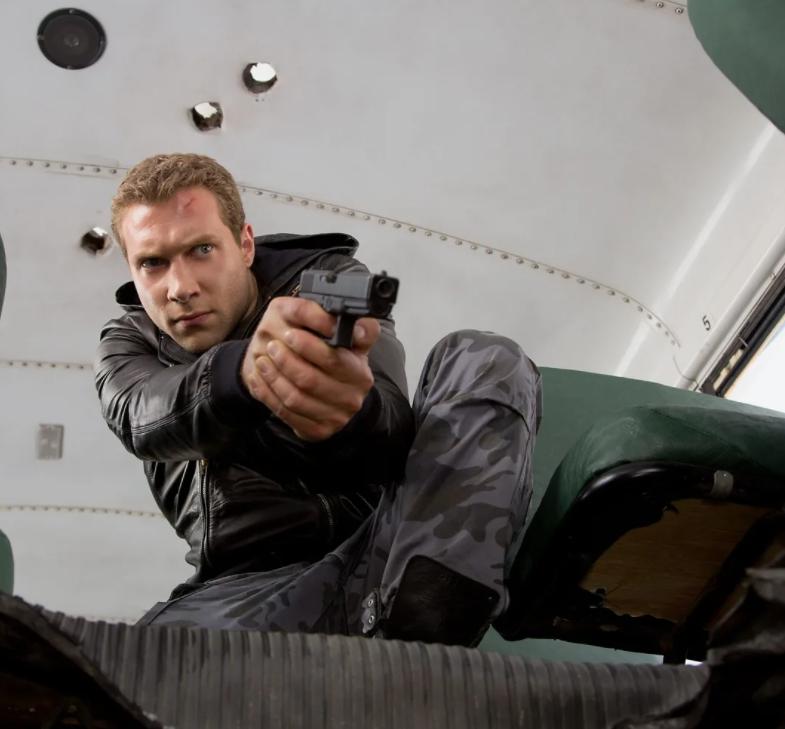 Киноактер Джай Кортни. Кайл Риз с пистолетом. Кадр из фильма Терминатор.