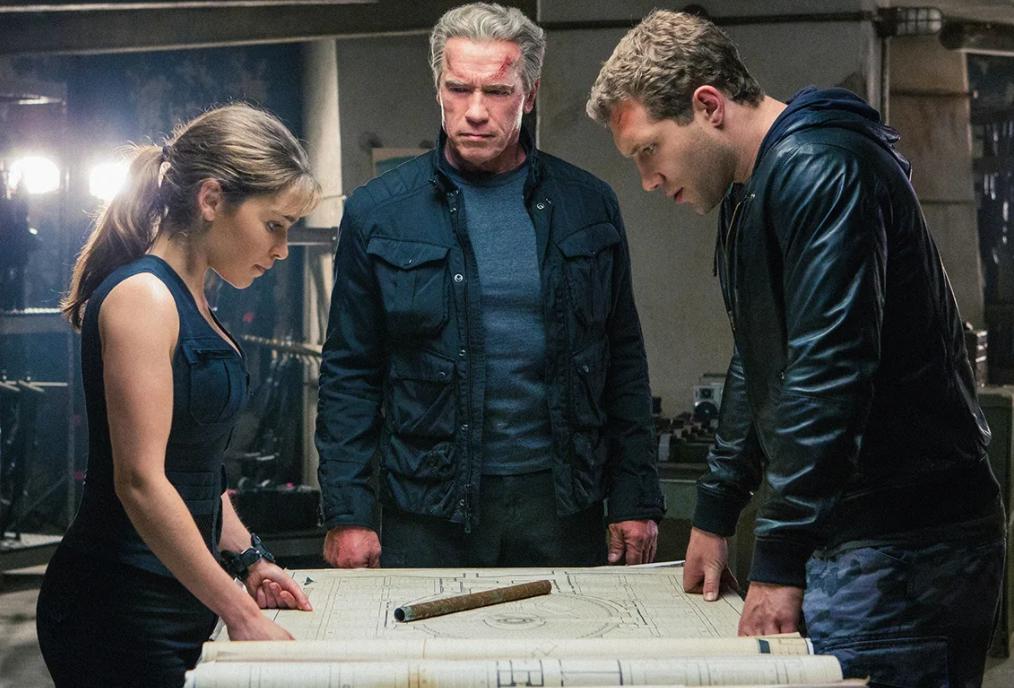 Шварценеггер, Эмилия Кларк и Джай Кортни склонились над картой в фильме Терминатор Генезис.