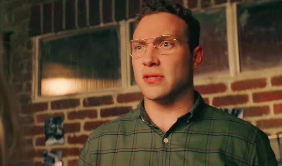 Киноактер Джай Кортни в очках.