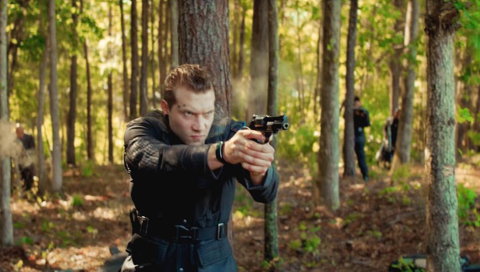 Эрик Коултер с пистолетом. Кадр из фильма.