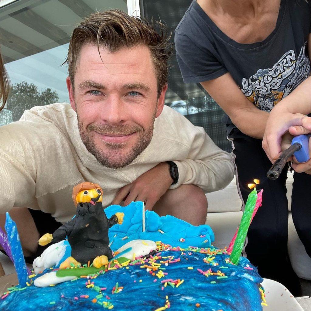 Киноактер Крис Хемсворт с тортом на свой день рождения.