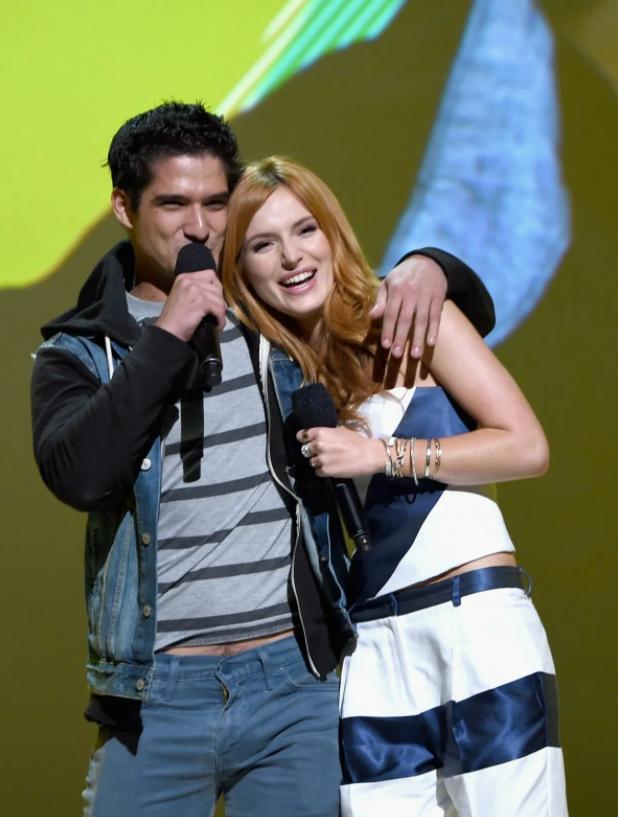 Тайлер Пози (Tyler Posey)  и Белла Торн ведут премию вручения MTV