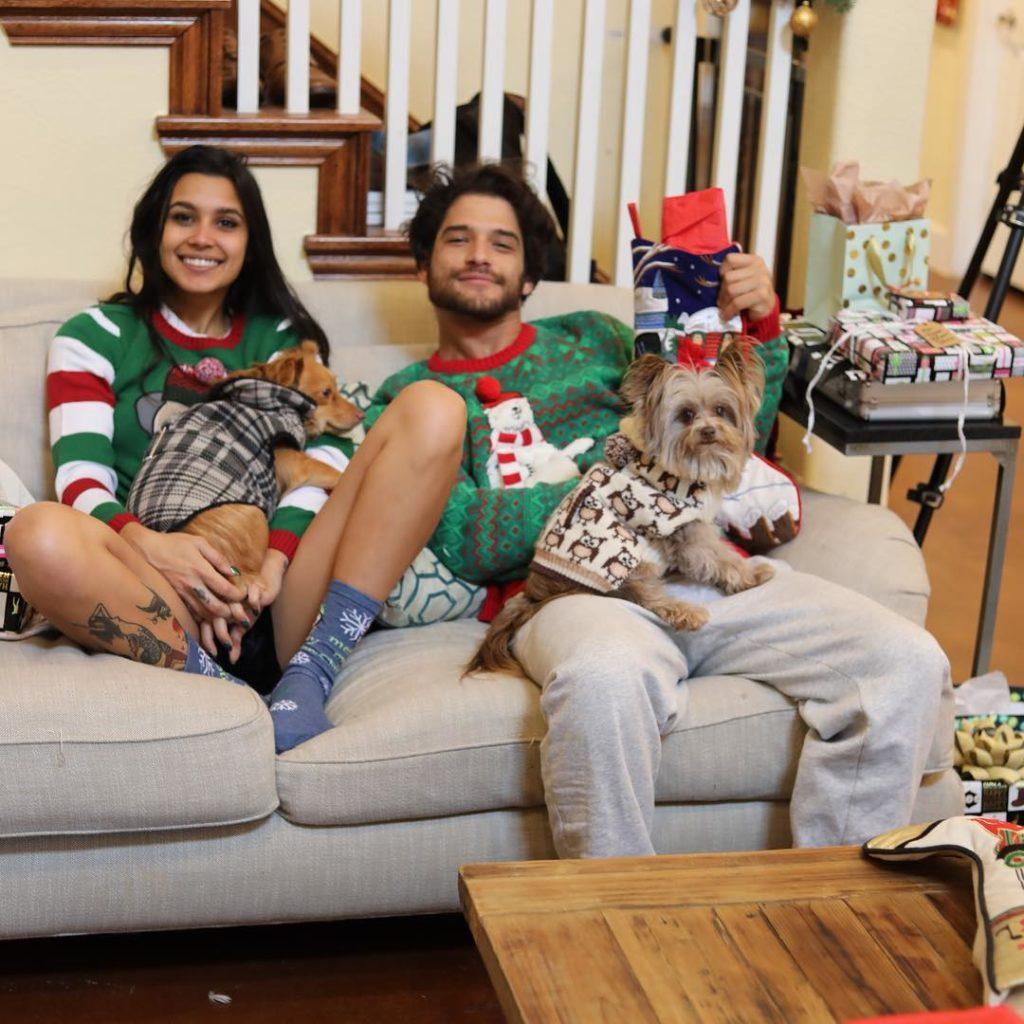 Тайлер Пози и София Али сидят на диване с собачкой. Личная жизнь Тайлера Пози.