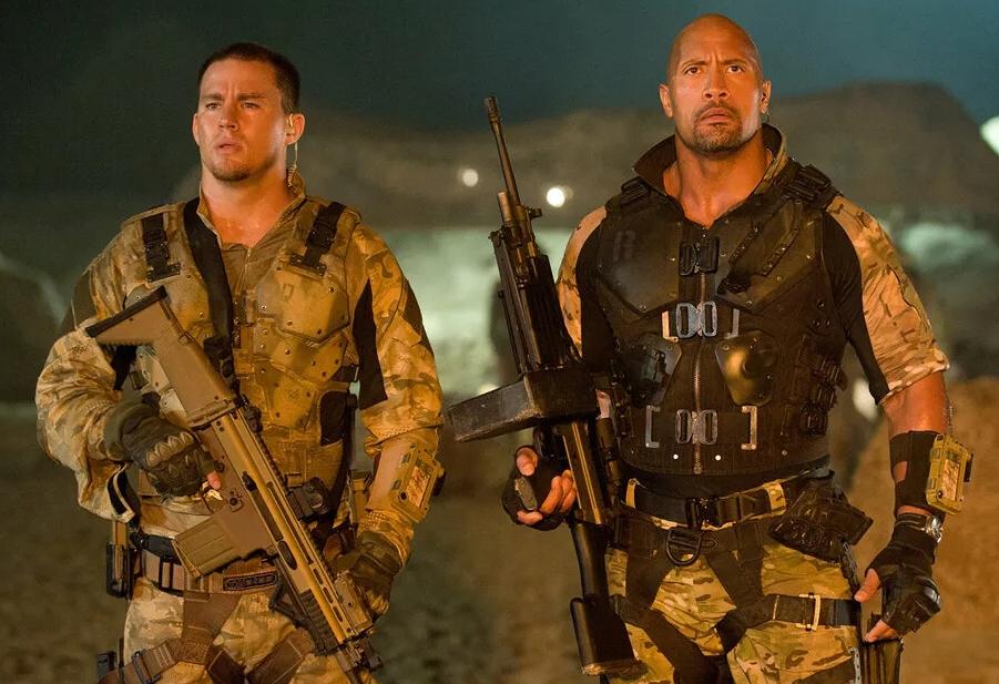 Актер Ченнинг Татум и Дуэйн Джонсон с автоматами в военной форме цвета хаки.