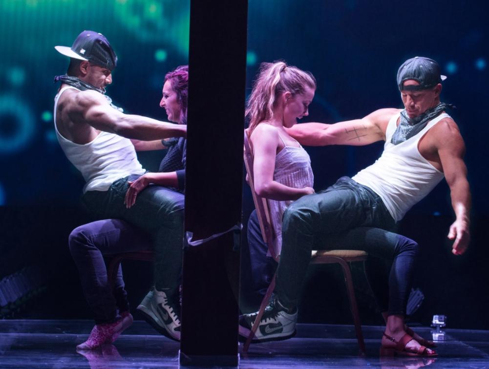 Актер Ченнинг Татум в роли стриптизера танцует танец.