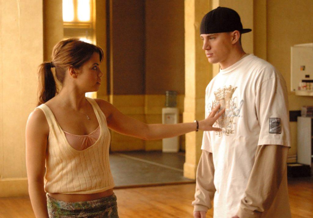 Актер Ченнинг Татум в рэперской кепке рядом с девушкой.