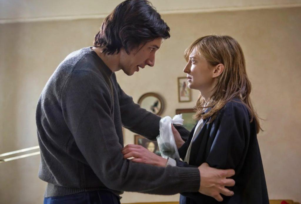 Актер Адам Драйвер обнимает и говорит девушке.