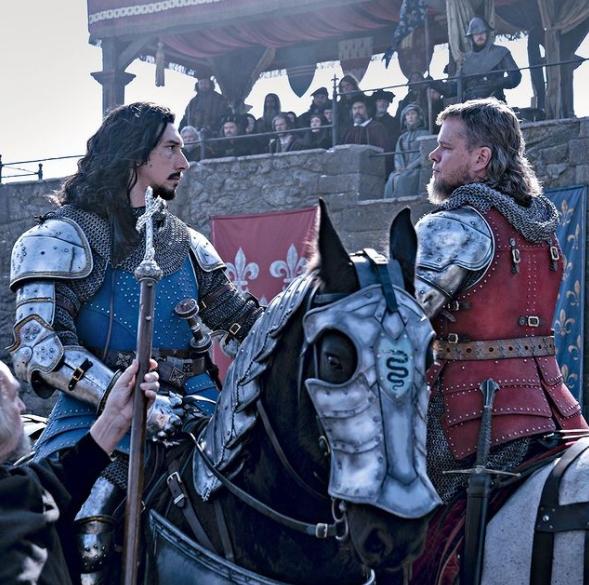 Актер Адам Драйвер и Мэтт Деймон в роли рыцарей на конях и в доспехах.