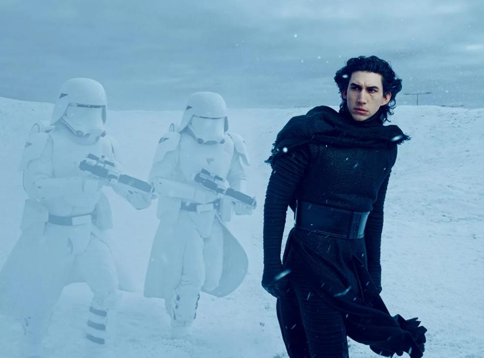Кайло Рен вместе с имперскими солдатами идет по снежной пустыне.