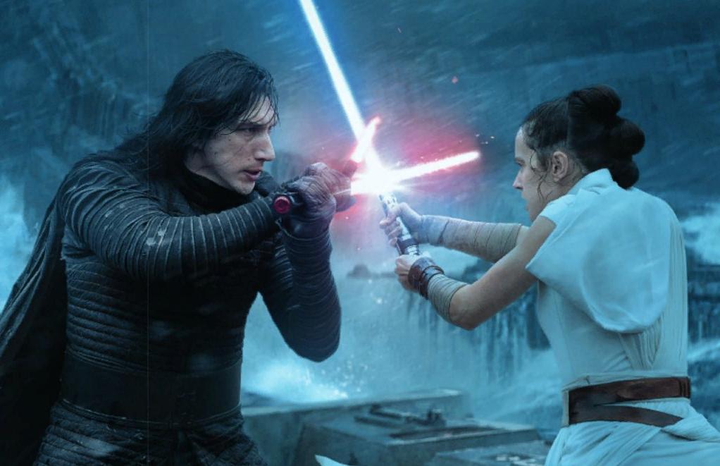 Актер Адам Драйвер, Кайло Рен сражается со световым мечем с девушкой-джедаем.