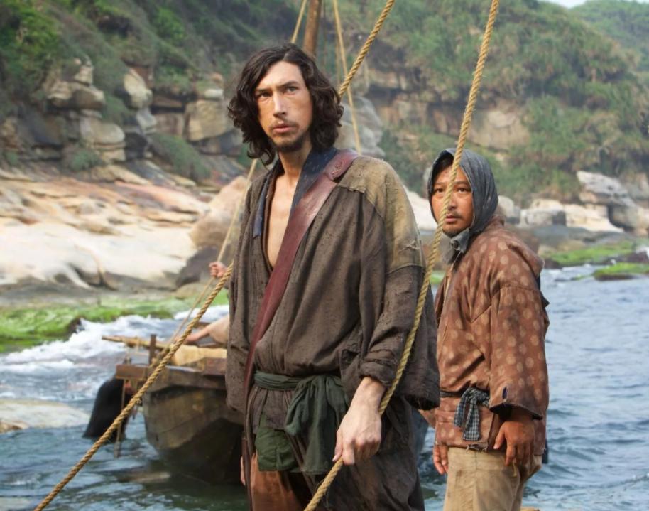 Актер Адам Драйвер на лодке рядом с японцем в фильме Молчание.