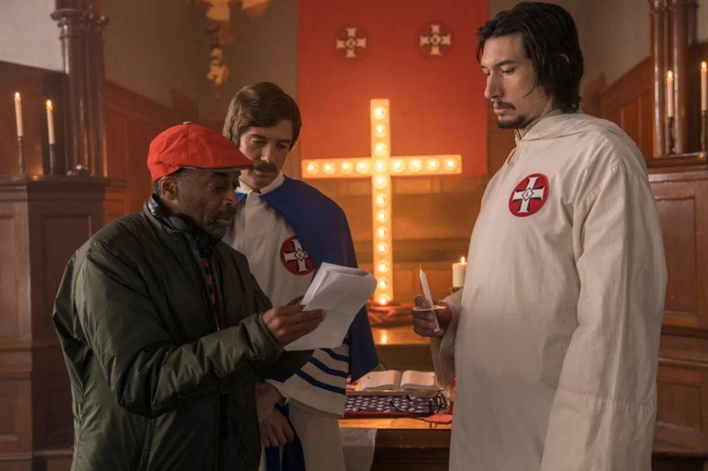 Актер Адам Драйвер в белом балахоне. Кадр из фильма.