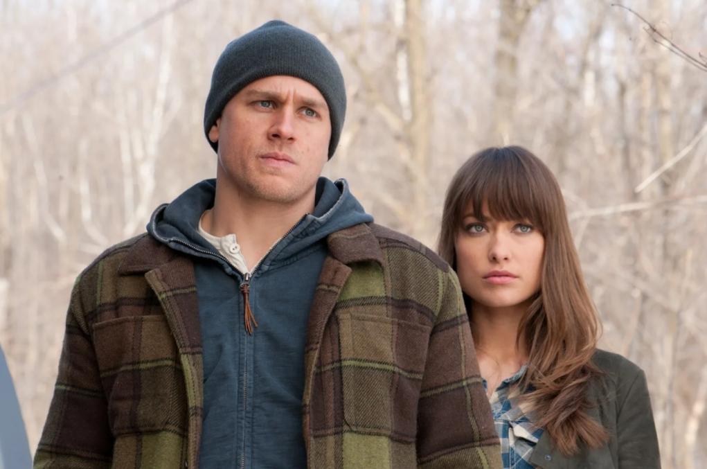 Актер Чарли Ханнэм в шапке рядом с девушкой.