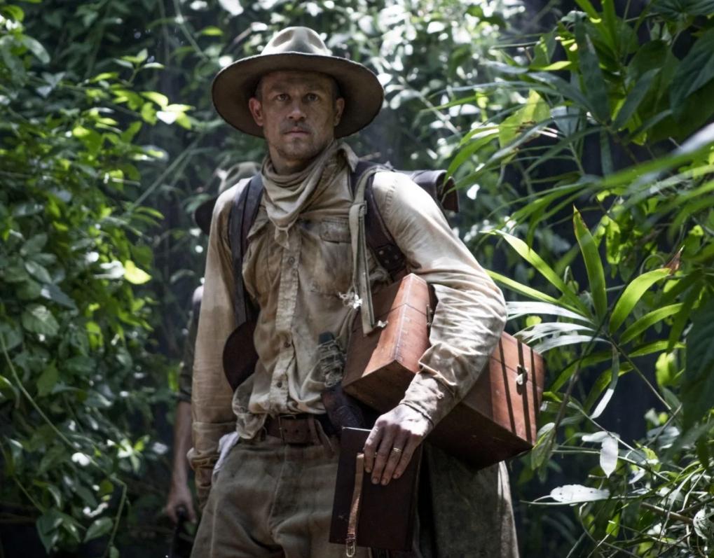 Актер Чарли Ханнэм в шляпе в джунглях.